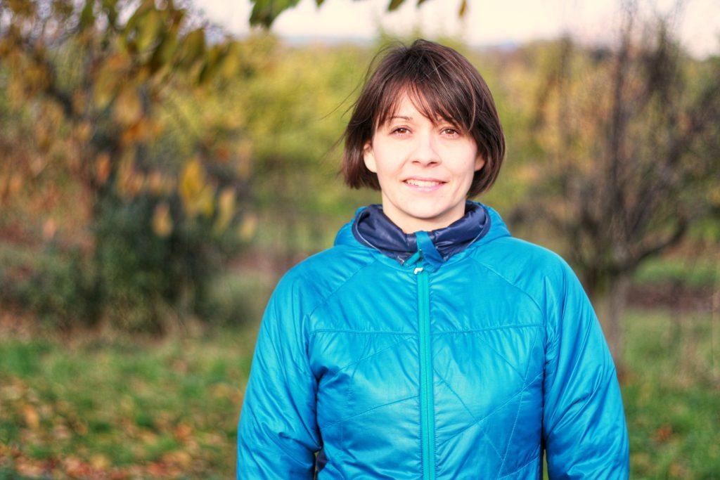Die Kursleiterin Julia Diefenbach ist frontal im Bild zu sehen