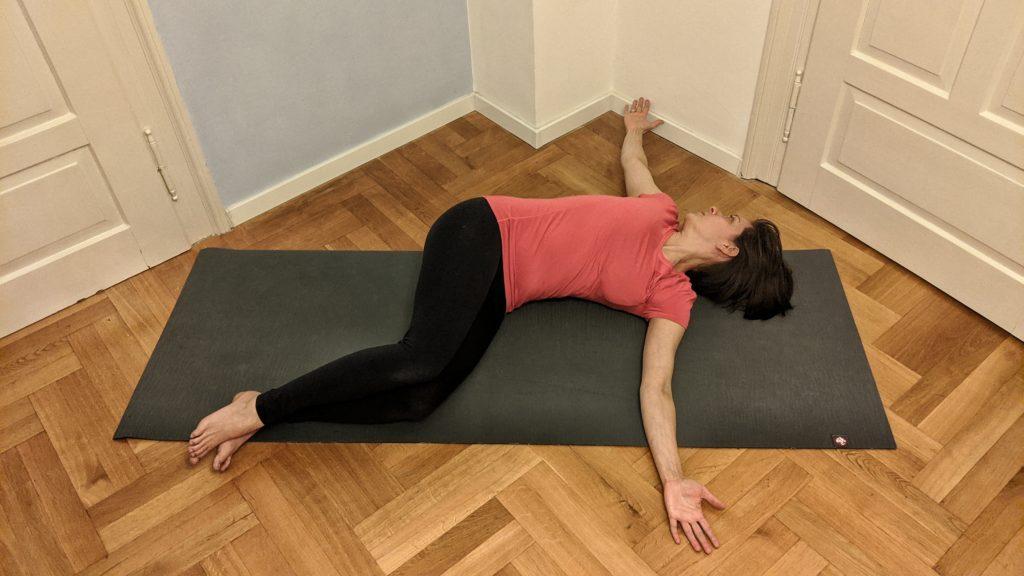 Kursleiterin Julia Diefenbach macht Pilates Übung Book Opening in der Ausgangsposition für Schwangere