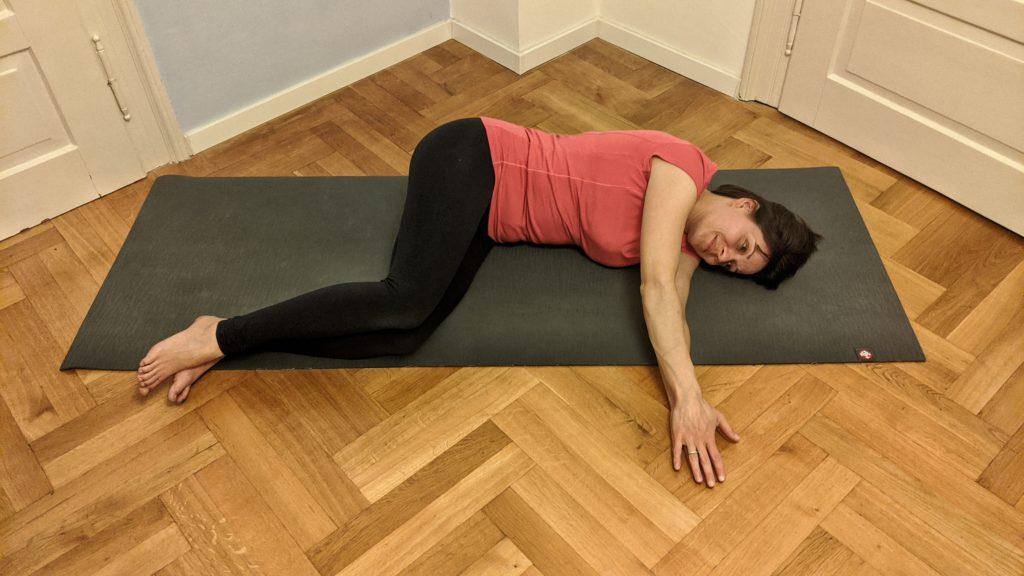 Kursleiterin Julia Diefenbach macht Pilates Übung Book Opening in der Endposition für Schwangere